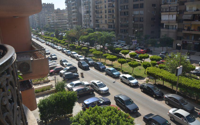 شقة للبيع رائعة الموقع و التشطيب فى شارع ابو داوود الظاهرى الرئيسى مدينة نصر