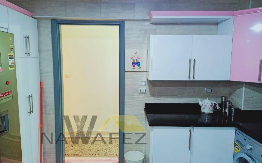 شقة للبيع 225 متر بكامل الفرش والاجهزة والمطبخ وحصة الجراج مسجلة شهر عقارى