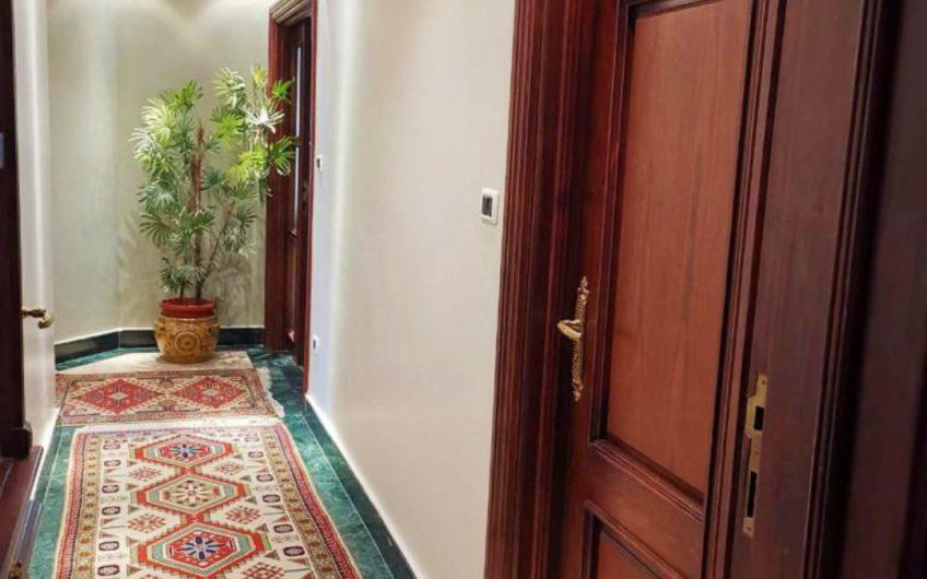 شقة للبيع 372 متر بارقى موقع بالمقطم ديكورات وتشطيبات راقية ورائعة التقسيم