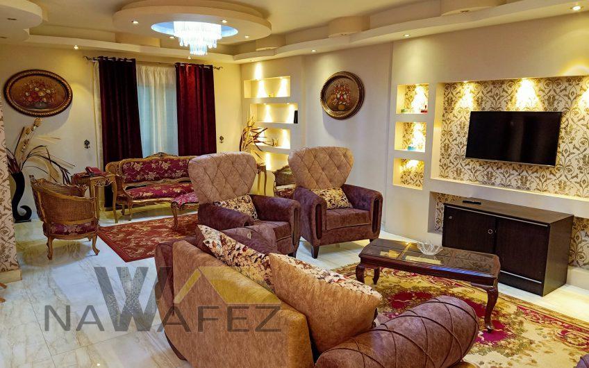 شقة للبيع 220 متر بكامل الفرش والاجهزة موقع مميز بالمربع الذهبى شارع اتجاهين ومسجلة شهر عقارى