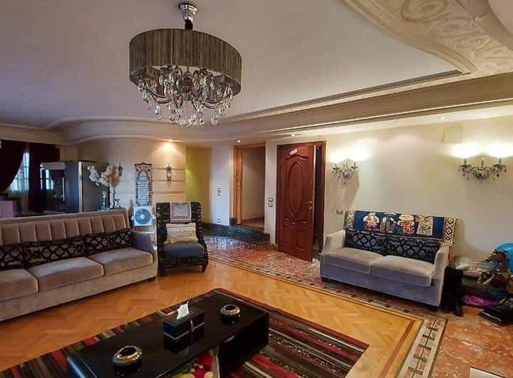 شقة للبيع 250 متر مسجلة وعلى شارعين رئيسيين فى موقع مميز ولها حصة جراج