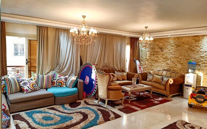 شقة للبيع 200 متر بالفرش رائعة الموقع عندما تطل كل النوافذ على فيو رائع المنطقة السادسة