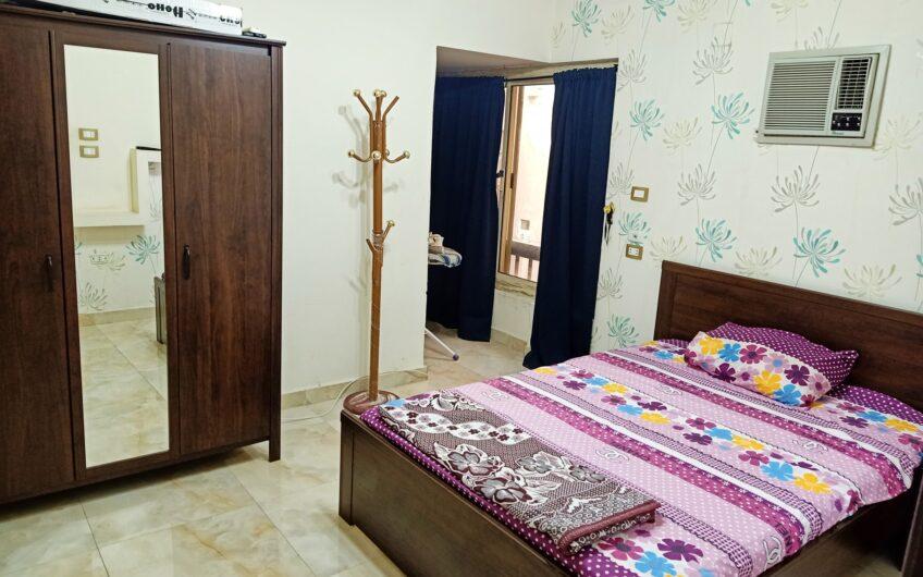 شقة للبيع 95 متر بالفرش والمطبخ والتكييفات شارع رئيسى من عباس العقاد