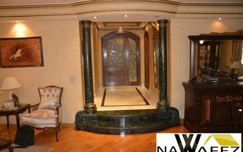 شقة للبيع 245 متر مسجلة رائعة الموقع و التشطيب فى شارع ابو داوود الظاهرى الرئيسى مدينة نصر