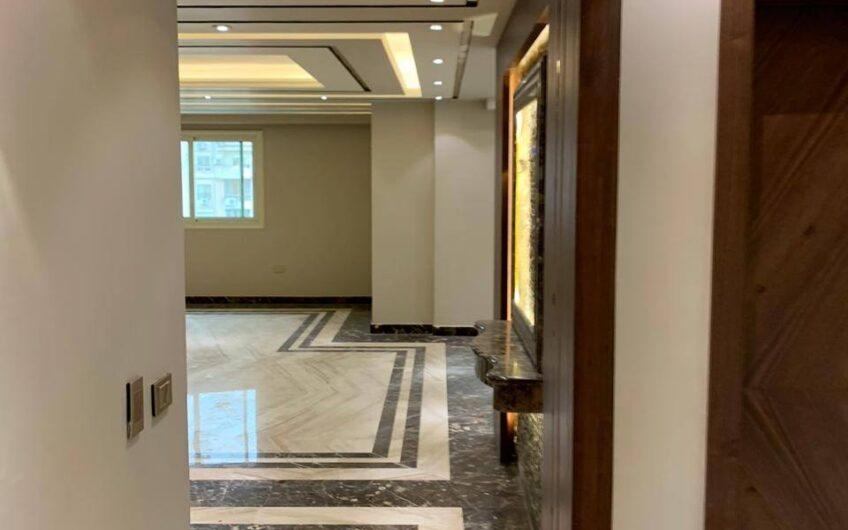 شقة للبيع 250 متر  رائعة التشطيب عمارة جديدة اول سكن موازى لمكرم عبيد