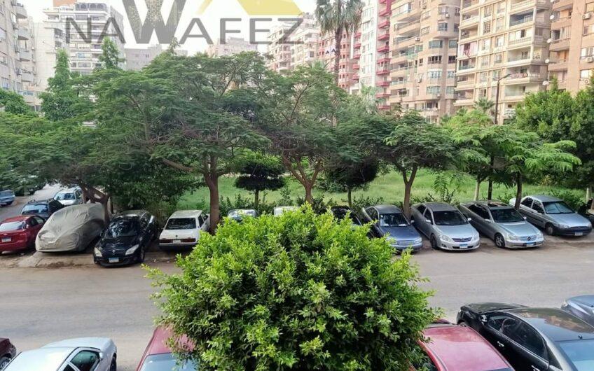شقة للبيع 235 متر عقد مسجل خطوات من النادى الاهلى فيو حديقة